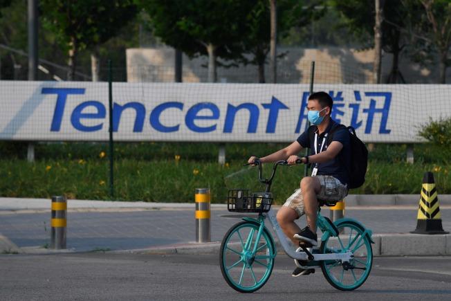 川普總統6日晚簽署行政命令禁用海外版抖音TikTok,及中國騰訊旗下的微信。圖為在北京的騰訊總部。(美聯社)