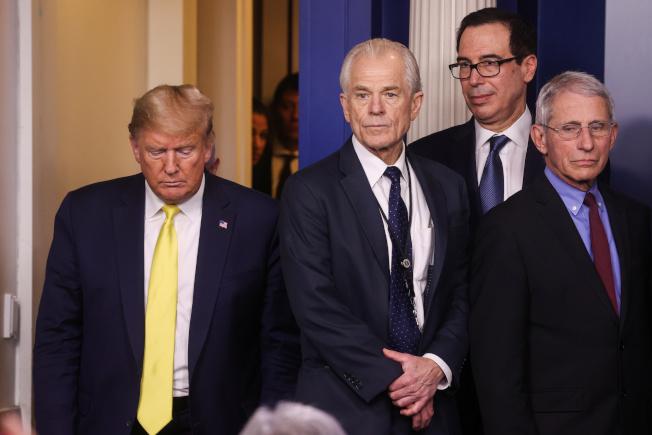 據報導,財政部長米努勤(後二)與白宮貿易顧問納瓦羅(左二),對如何處理TikTok有過激烈爭執。圖為川普總統今年3月主持白宮疫情簡報。(路透)