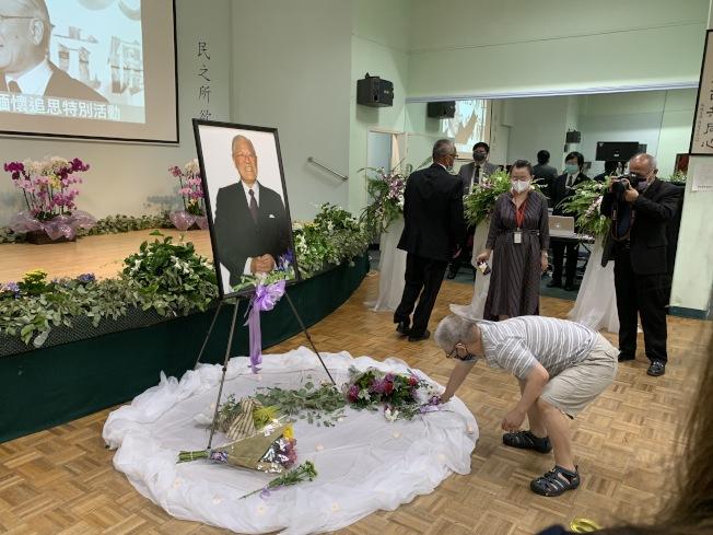 不少僑胞獻花向李登輝致敬。(記者謝雨珊/攝影)