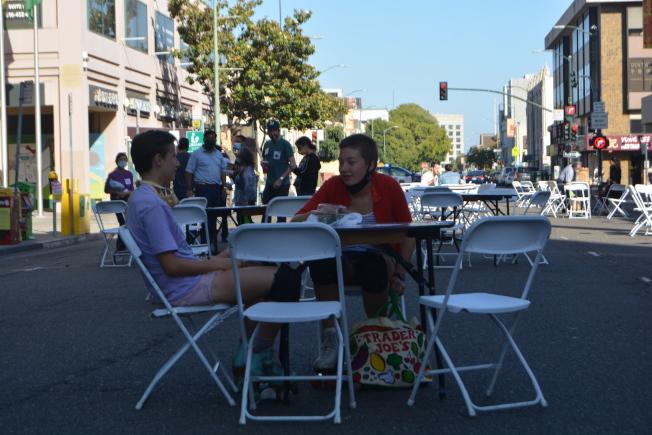 屋崙華埠商會在富興中心門口的9街路段,每周五下午4時到8時,實行夏日步行街計畫,允許顧客攜帶外賣食品,坐下就餐,以增強華埠人氣。(記者劉先進/攝影)
