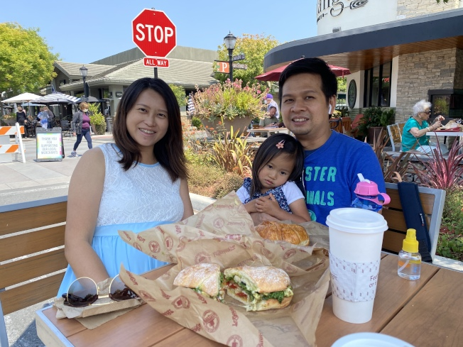 疫情影響下,餐廳轉為提供戶外用餐,李明德(右)認為在外吃飯別有一番風情。(記者李榮/攝影)
