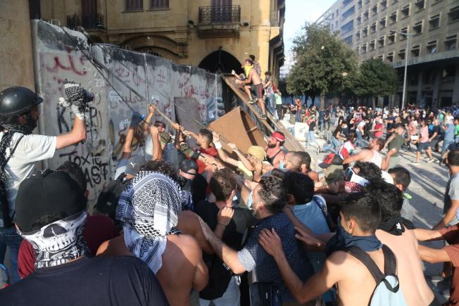 黎巴嫩首都貝魯特港區4日發生大爆炸,當局指迄今已奪走158人喪命,估計上看6000人受傷。圖為數千名群眾集結在市中心抗議。(歐新社)