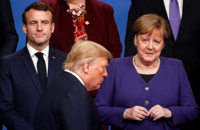 圖為美國總統川普(前)、德國總理梅克爾(右)、法國總統馬克宏(左)2019年出席北約峰會。(路透資料照片)
