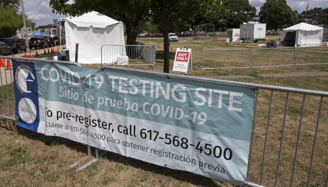 波士頓市宣布所有人提供免費新冠檢測,尤其是沒有癥狀卻可能已有病毒的成年人。圖為波士頓市5日在各區醫療帳篷提供檢測。(美聯社)