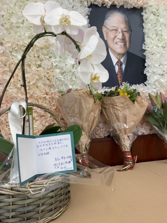 舊金山灣區小英後援會及北加州台灣論壇成員送上花束與追思卡片,委託僑委會轉給李登輝的家屬。(記者江碩涵/攝影)