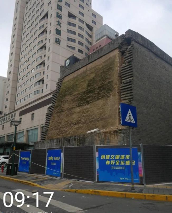 坍塌前的城牆。(取材自澎湃新聞)
