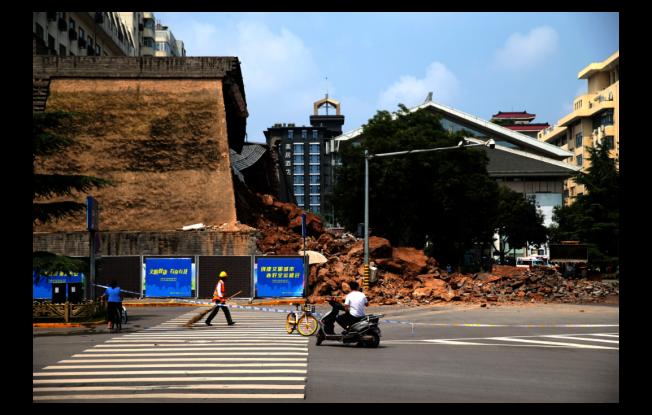 西安明秦王府城牆遺坍塌,有四名民眾輕傷送醫,大量磚石阻塞道路。(中新社)