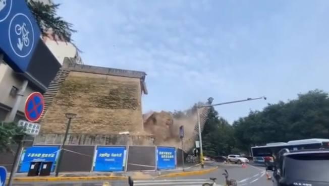 城牆突然坍塌。(取材自澎湃新聞)