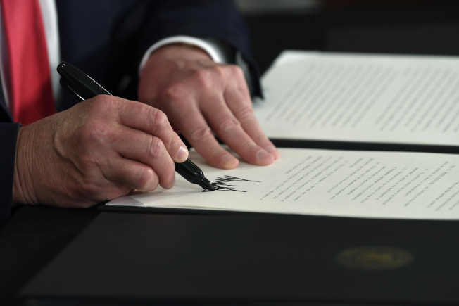 川普總統8日簽發四道行政命令,暫時延長核發失業津貼、凍結房東迫遷令、學生貸款延期等臨時措施。(美聯社)