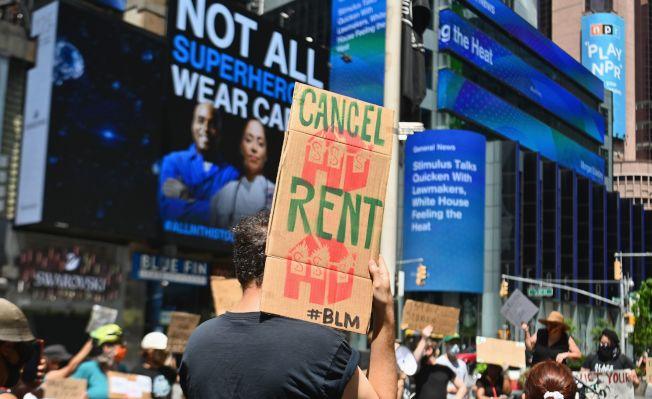 川普總統8日以行政命令,暫時凍結房東依法要因為新冠疫情失業繳不出房租的房客搬家的法規,讓許多無殼族鬆了一口氣。圖為本月4日大批失去工作的人在維吉尼亞州阿靈頓市抗議,要求停止房東迫遷。(Getty Images)