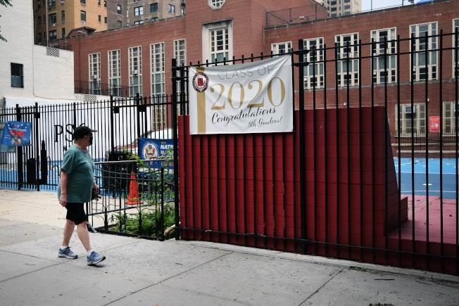 紐約市出台詳盡的秋季復校計畫,圖為曼哈頓上東城的一間公立學校,已掛出歡迎2020年新生的橫幅。(Getty Images)