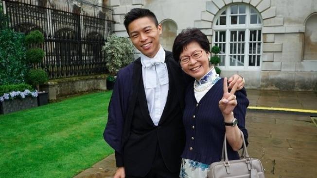 香港特首林鄭月娥(右)的小兒子林約希(左)在美國哈佛大學念書。(取材自臉書)