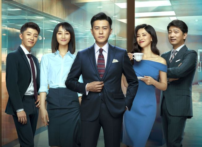 田雨(右起)、朱珠、靳东、蓝盈莹、代旭演出「精英律师」。中天娱乐台提供