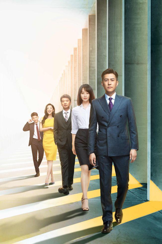 靳东(前起)、蓝盈莹、田雨、朱珠、代旭演出「精英律师」。中天娱乐台提供