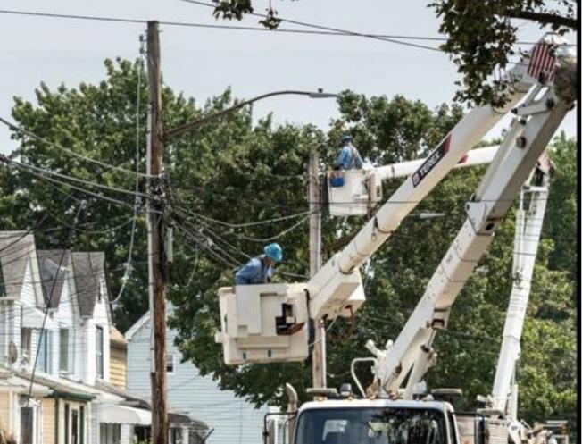 愛迪生電力公司員工正在修復供電系統。(取自該公司推特)