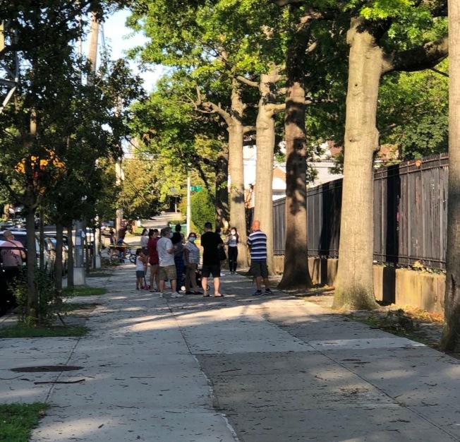 一名華裔青年在紐約皇后區貝賽公園內打球時,與一名非洲裔兒童起衝突,事情演變成被捕、控以危害兒童福利罪(Endangering the Welfare of a Child);華人維權團體介入調查。(陳熠提供)