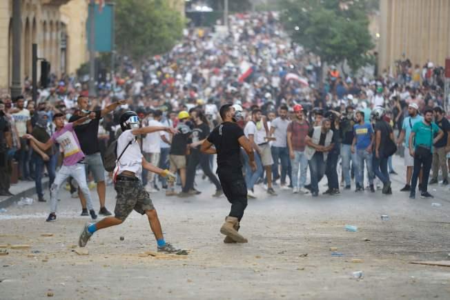 貝魯特4日發生的大爆炸,引爆民眾對統治階層的怒火。(Getty Images)