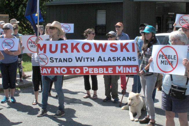 反對「圓石礦場」計畫的民眾在阿拉斯加州聯邦參議員麗莎‧穆考斯基在阿州首府朱諾市的辦公室前抗議。(美聯社)