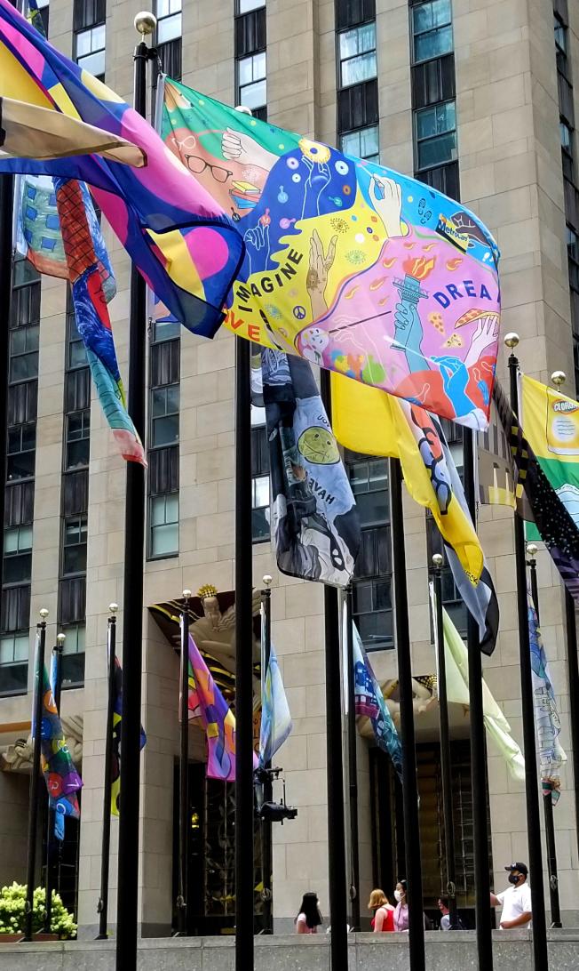 何涓涓的作品(中)參加洛克菲勒中心公共藝術「旗幟計畫」。(何涓涓提供)