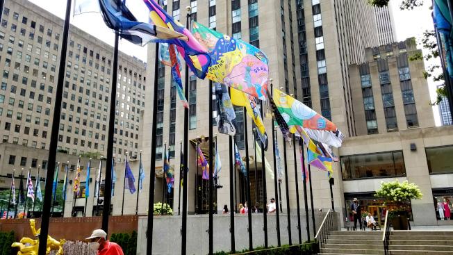 洛克菲勒中心的「旗幟計畫」公共藝術項目從即日起至16日免費開放。(何涓涓提供)