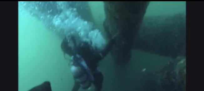 一段不知道何人拍攝的視頻顯示,事故發生在水下一處油井附近。(視頻截圖)