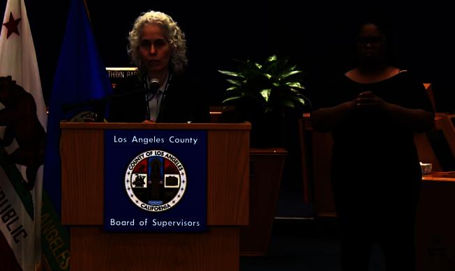 洛縣公共衛生局局長費若(Barbara Ferrer)呼籲民眾繼續遵守安全措施,不能掉以輕心。(視頻截圖)