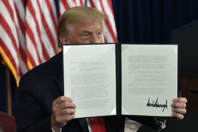 川普總統簽署行政命令,繞過國會,延長對深受新型冠狀病毒疫情打擊的美國大眾的救濟措施。民主黨痛斥川普違憲。(美聯社)