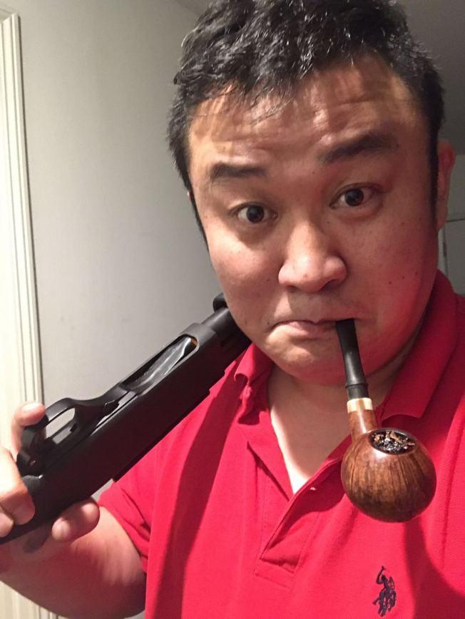 紀許光聽朋友勸告去年買了兩支槍做保家護院之用,沒想到這次派上用場。(紀許光提供)