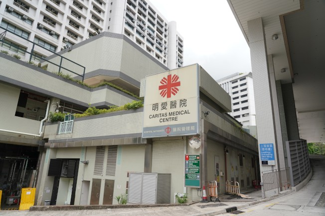 香港9日踏入抗疫200天,新增72宗新冠病毒確診個案,當中63宗屬本地個案,惟9日5名長者離世,創單日新高。圖為明愛醫院普通內科病房累計3名患者及一名醫生確診。(中通社)