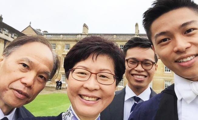 林鄭次子林約希(右)2016年在劍橋大學三一書院畢業,林鄭一家四口合照,左邊是丈夫林兆波,右二是長子林節思。(林鄭辦公室臉書)