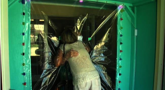 擁抱亭在老人院興起。(NBC電視台截圖)