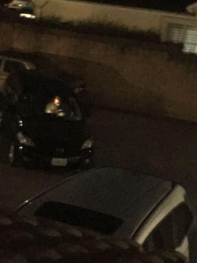 劫匪正在試圖搶走這輛車。(紀許光提供)