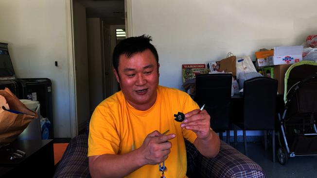 紀許光表示當時劫匪慌忙之下把車鑰匙扯壞了。(記者李雪/攝影)