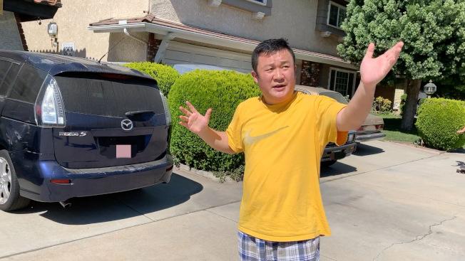 紀許光講述還原事發經過,當時劫匪試圖搶走圖中這輛停在車庫前的車。(記者李雪/攝影)