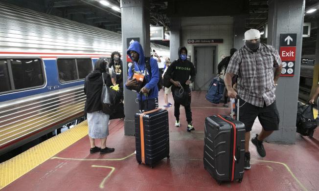 為防病例輸入,紐約州市採取強厲措施,在機場、鐵路站公路站,都設置檢查站,對自外州來的旅客採取實名登記追蹤。圖為在曼哈頓大中央火車總站,工作人員正在進行登記。(美聯社)