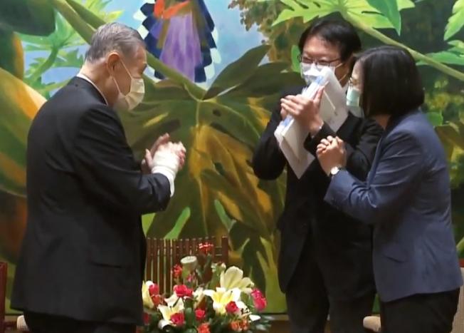 蔡英文總統(右)9日下午接見率團抵台的日本前首相森喜朗(左),兩人以拱手代替握手。(截自總統府直播)