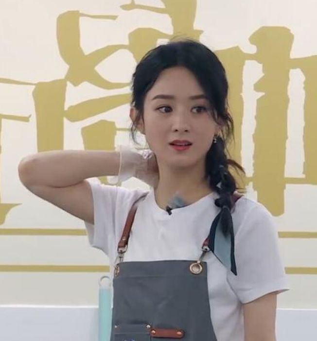 趙麗穎吃飯時用筷子撥鍋裡的食物,遭網友批評。(取材自微博)