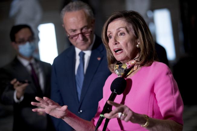 民主籍眾院議長波洛西(右)與參院少數黨領袖舒默(左)9日表示隨時都可和共和黨重啟協商紓困法案。(美聯社)
