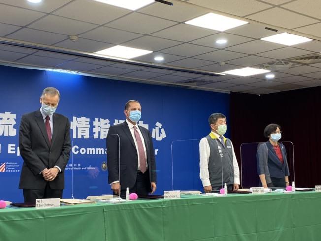 AIT 10日與衛福部簽署「AIT-TECRO衛生合作備忘錄」,出席者由左到右為美國在台協會處長酈英傑、美國衛生部長阿查爾、衛生福利部長陳時中、 外交部台灣美國事務委員會主任委員楊珍妮。(記者簡浩正/攝影)