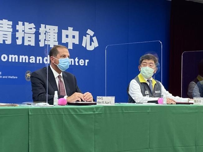 美國衛生部長阿查爾(左)10日到中央疫情指揮中心,出席AIT-TECRO衛生合作備忘錄簽署儀式,坐在衛生福利部長陳時中旁邊。(記者簡浩正/攝影)