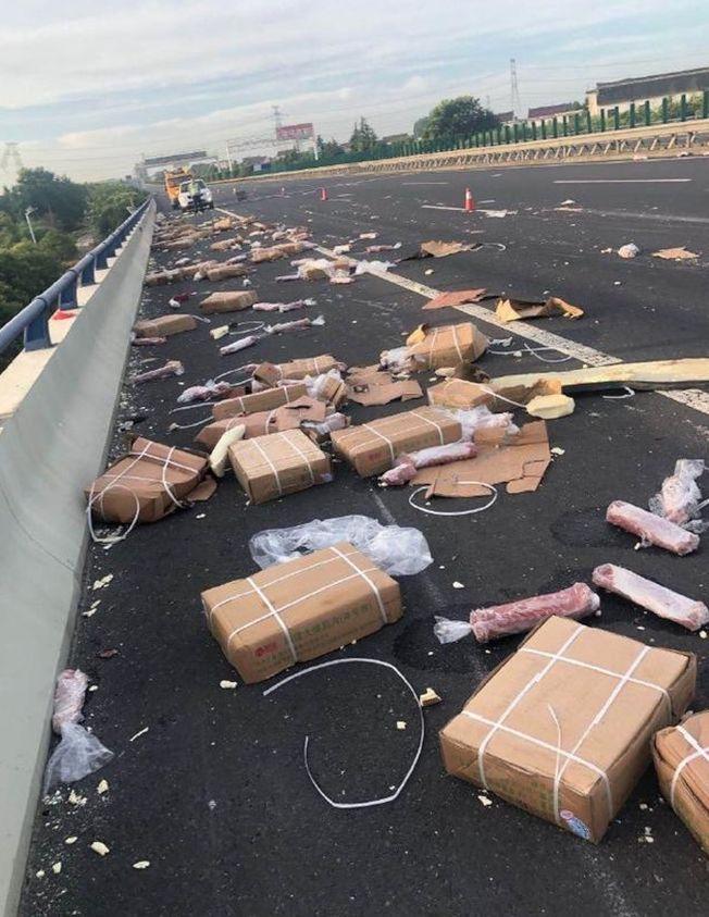 車上載運的豬肉等物品散落一地。(取材自微博)