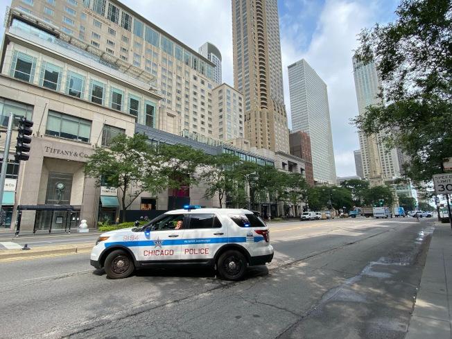 芝加哥密西根大道及州街商店遭洗劫,市區仍有大批警察駐守。特派員黃惠玲╱攝影