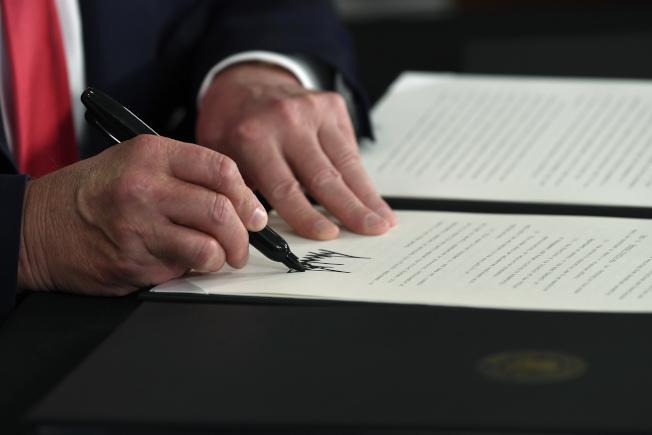 川普總統8日發布行政命令宣布緩徵薪資稅。(美聯社)