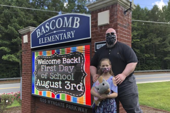 一名切羅基郡學區的家長表示會讓女兒遠距上課,以免暴露在新冠病毒感染危險中。(美聯社)