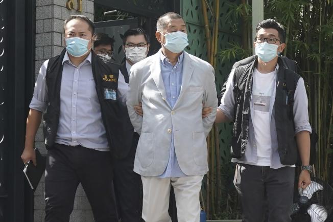 紐時指出,黎智英被捕凸顯泛民派擔憂,新國安法將被用來箝制異議與壓制香港新聞自由。美聯社