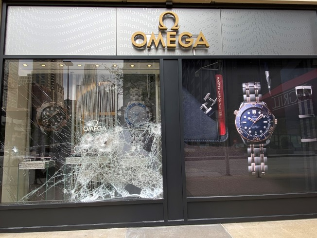 北密西根大道上的店家玻璃被洗劫民眾擊破。(特派員黃惠玲/攝影)