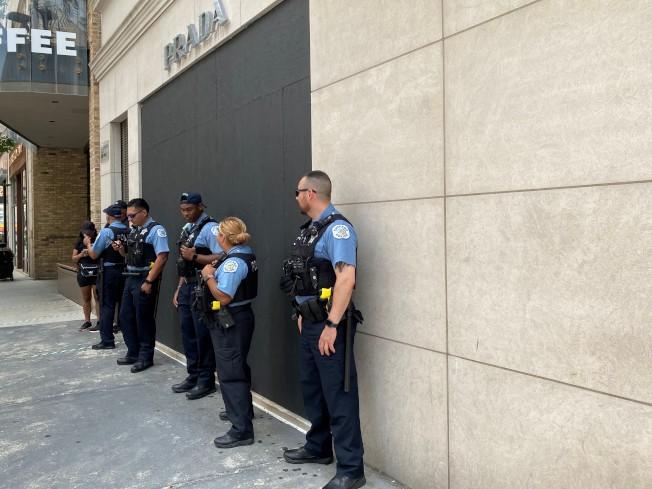 名牌店前多名警察站崗。(特派員黃惠玲/攝影)