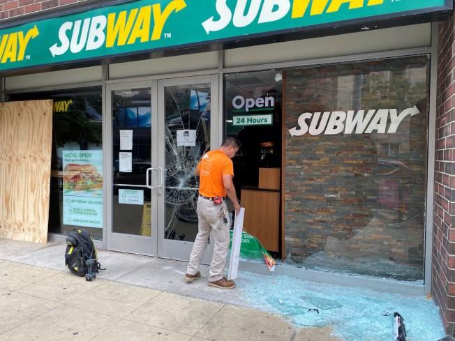 哈里森街夾瓦伯許街口的賽百味店,10日二度遭群眾砸毀玻璃洗劫。(特派員黃惠玲/攝影)