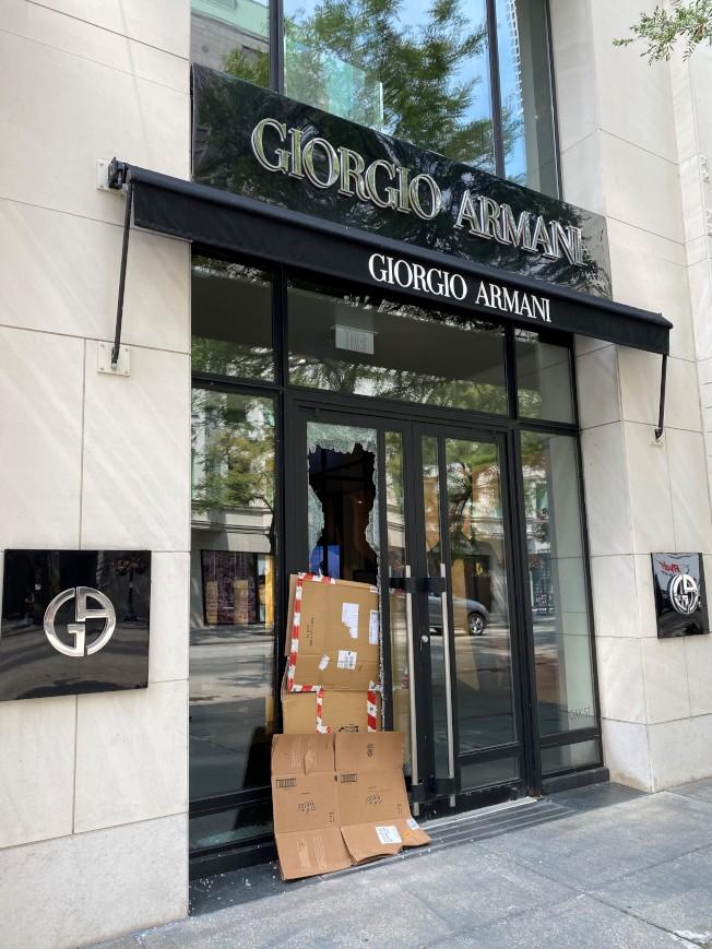橡樹街名品街上的名牌服飾旗艦店也遭洗劫。(特派員黃惠玲/攝影)