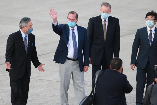 美國衛生部長阿查爾(左二)來台,但從美媒最新披露,美國貿易代表署(USTR)無意洽簽美台自由貿易協定(FTA)一事,戳破史上最佳的台美關係。(本報資料照片)